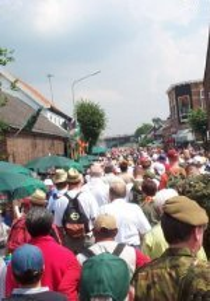Vierdaagse Nijmegen 2001 - De traditionele vierdaagse van Nijmegen is met ruim 40.000 deelnemers een van de grotere wandelevenementen van Europa.