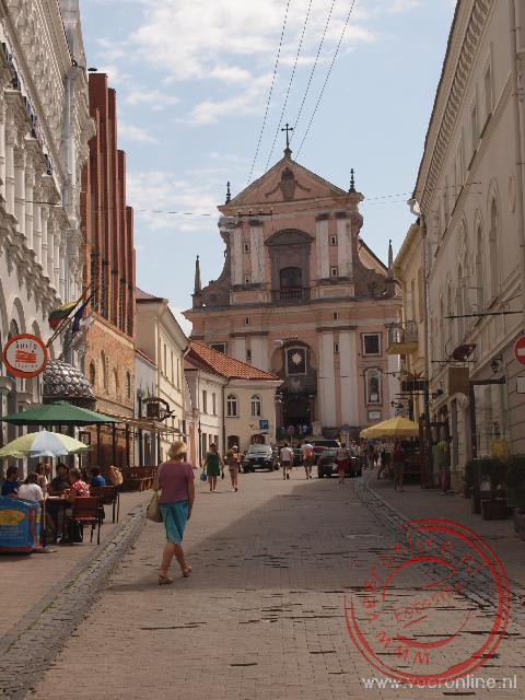 De Sint Teresakerk in het hoger gelegen deel van het stadscentrum van Vilnius