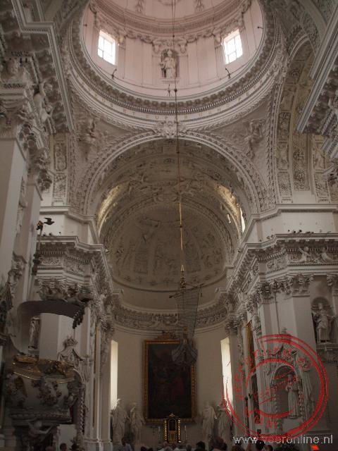 De in 1676 gebouwde Petrus en Paulus Kathedraal heeft meer dan 2000 barokke bijbelse afbeeldingen
