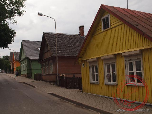 De fel gekleurde huizen in het plaatsje Trakai in Litouwen
