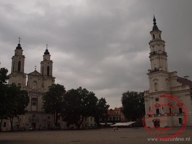Het raadhuis en de Fransciscuskerk aan het centrale plein in Kaunas
