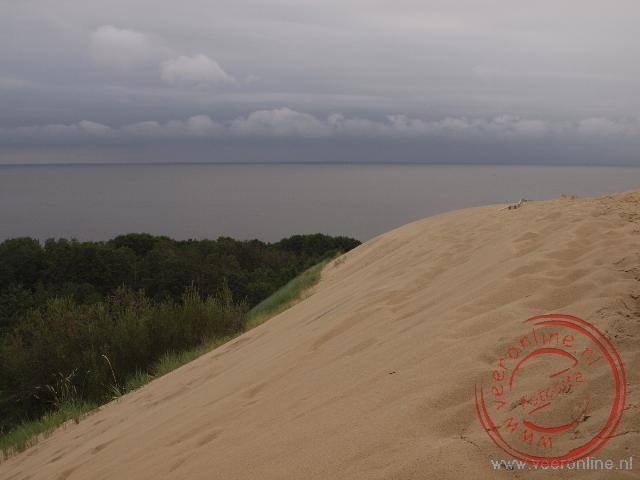 De hoogste zandduin van de Koerse Schoordam ligt net ten zuiden van Nida tegen de Russische grens