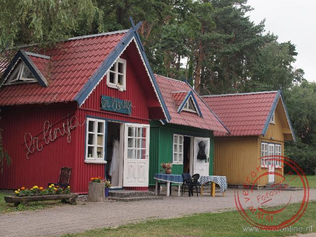 Fel gekleurde huisjes in het plaatsje Nida Litouwen