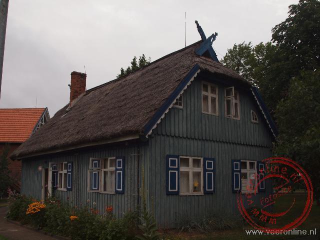 Een oud houten huis in het plaatsje Nida in Litouwen