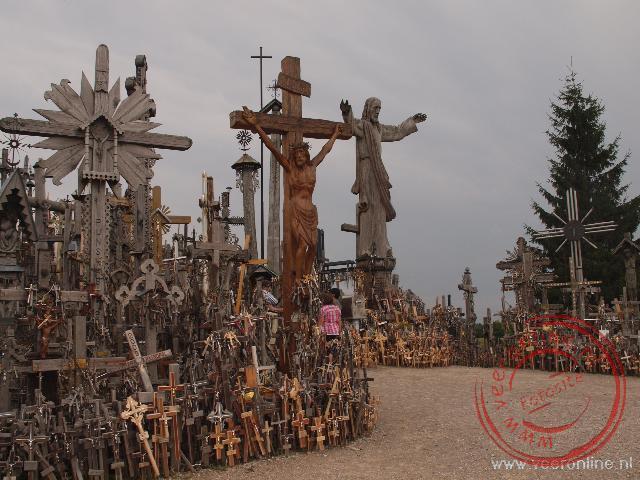 Het eerste kruis op de kruisberg werd in 1847 geplaatst. Tegenwoordig staan er honderduizend.