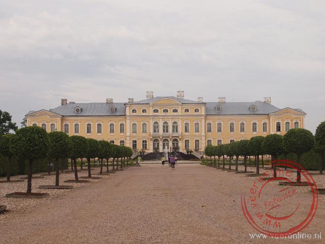 Het barokke Rundale paleis in Letland gezien vanuit de paleistuin.