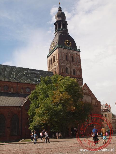 De enorme Domkerk neemt een dominante positie in in het straatbeeld van Riga