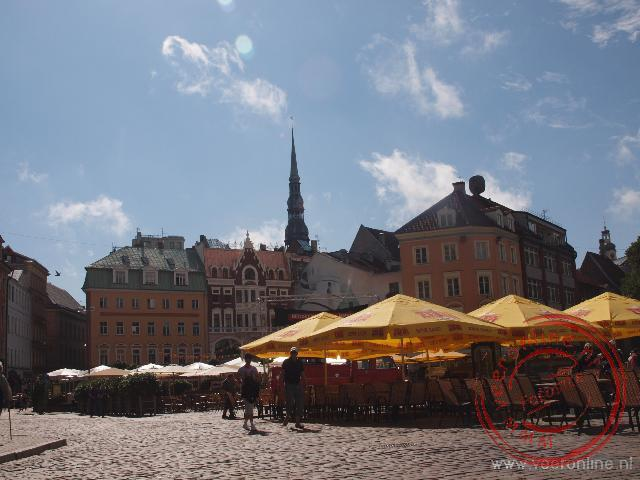 Het Domplein in Riga is gevuld met gezellige terrassen