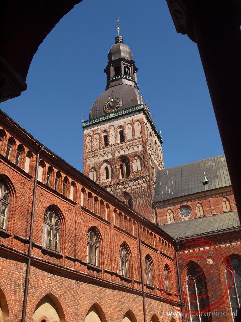 De spits van de Domkerk gezien vanuit het nabijgelegen kloostergang