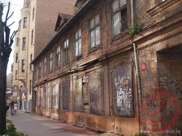 Een oud vervallen huis in de drukke Valdamara straat