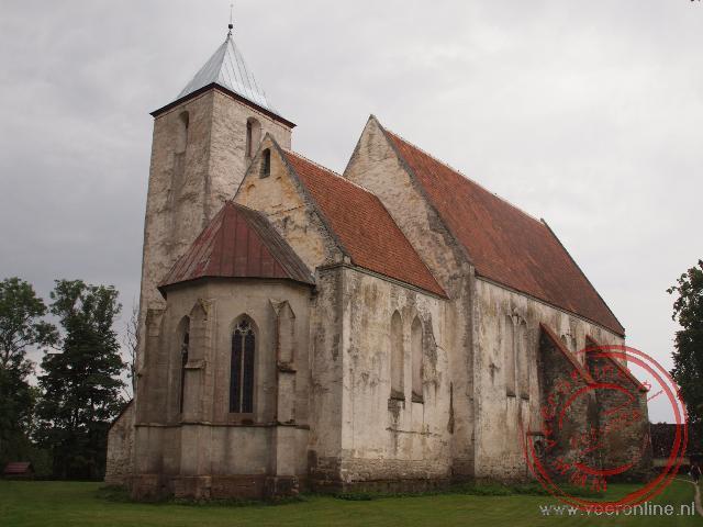 De burchtkerk van Valjala is in 1240 gebouwd en is de oudste vestingkerk van het eiland Saaremaa