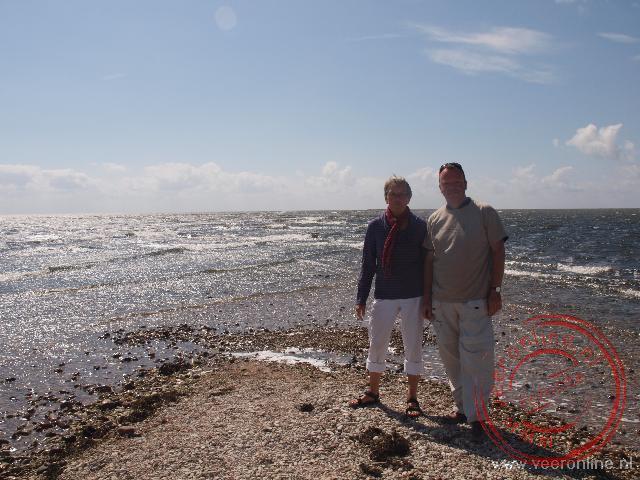 Ronald en Rita op de uiterste punt van het eiland Saaremaa. De golven uit de Oostzee en de Golf van Riga botsen tegen elkaar