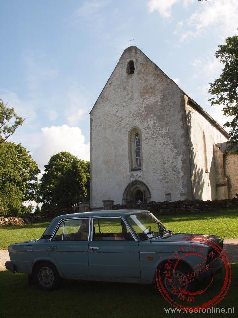 Een Lada staat geparkeerd voor de kerk van Karja op het eiland Saaremaa.