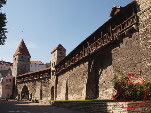 De oude vestingmuur om het oude centrum van Tallinn
