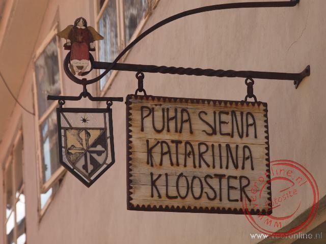 Het uithangbord wijst de weg naar het wat verscholen gelegen Dominicanen Katarina Klooster