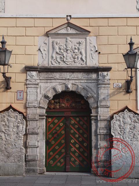 De deur van het Gildehuis van de Zwarthoofden