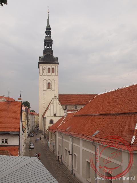 De toren van de Sint Nikolaaskerk en op de voorgrond de Zweedse kerk
