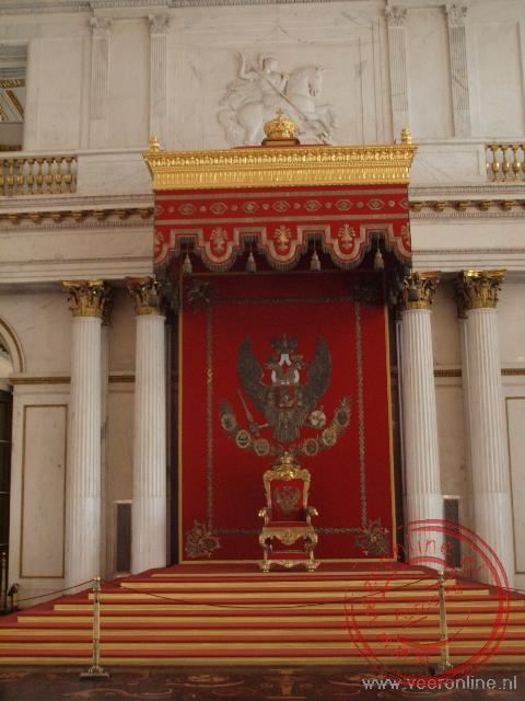 De troon in de Sint Joriszaal in de Hermitage Sint Petersburg