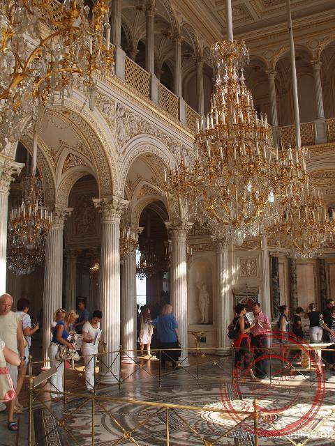 De Palvioenszaal met mooie mozaïeken op de vloer en de beroemde pauwenklok