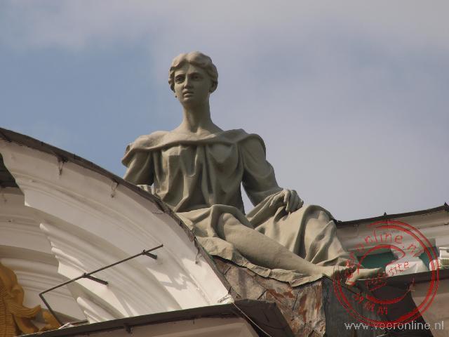 Een standbeeld op het dak van de Hermitage