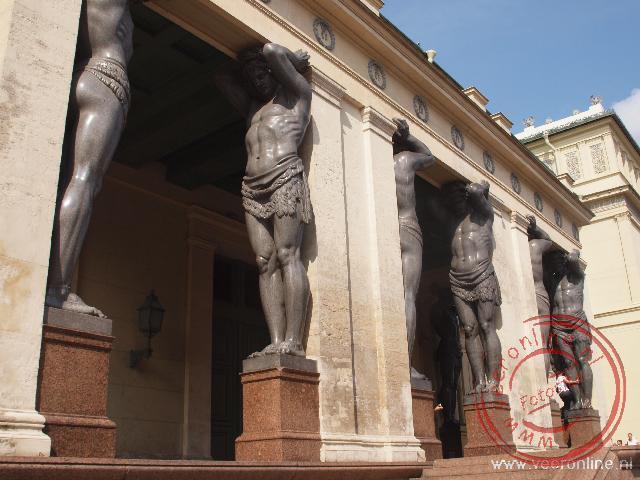 De enorme atlanten beelden bij de ingang van de Nieuwe Hermitage. Vroeger was dit de entree van de Hermitage