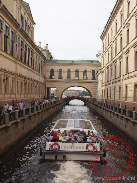De galerij over het water van het winterkanaal verbindt de Hermitage met de theaterzaal.