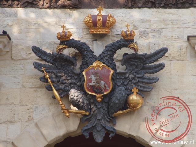 Op de Petruspoort hangt een afbeelding van de dubbele adelaar met een embleem van Sint Joris en de draak