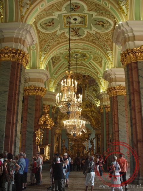 De indrukwekkende vergulde Iconestase van de Petrus en Paulus Kathedraal. In de Kathedraal liggen de tombes van de Romanovs