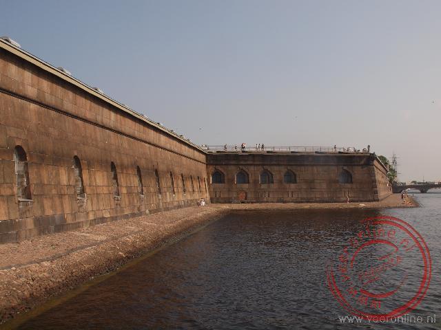 De muur van de Petrus en Paulus Vesting. Met de bouw van deze vesting in 1703 is de stad Sint Petersburg officieel gestart