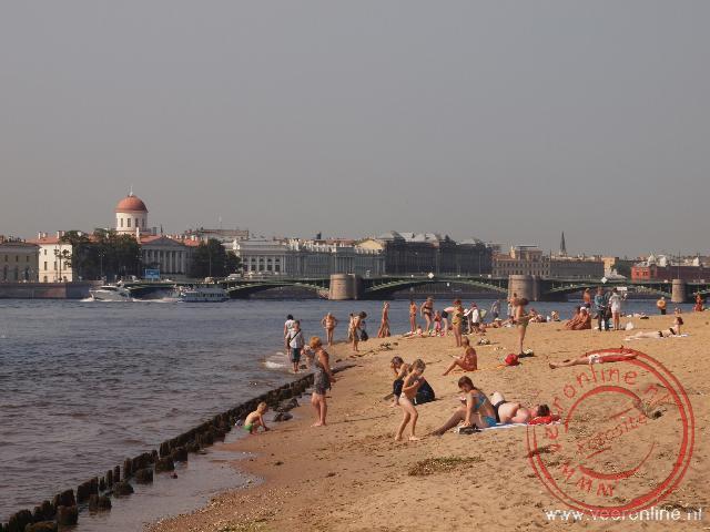 Het strand aan de rivier de Neva naast de Petrus en Paulus vesting biedt ontspanning