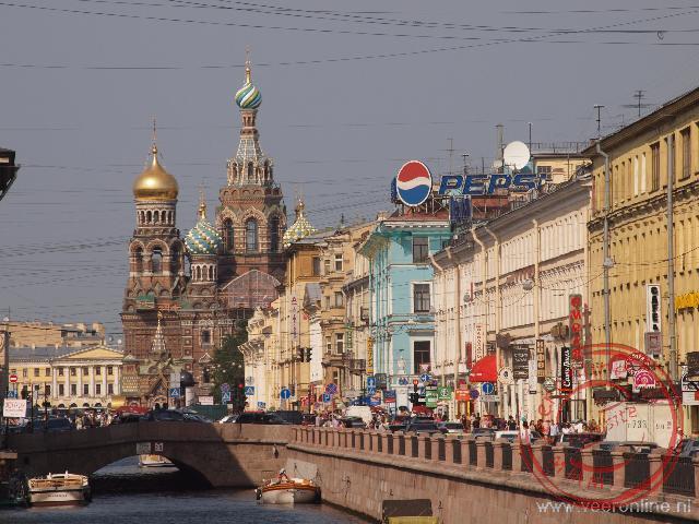 De drukte langs het Griboedova kanaal met op de achtergrond de kerk van de Verlosser op het Bloed
