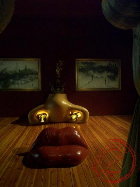 De Mae West compositie van Dali, waarbij vanaf een verhoging een gezicht zichtbaar wordt