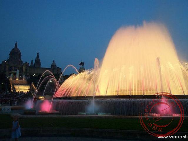 De verlichte fontein voor het nationaal museum