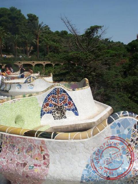 De door Antoni Gaudi ontworpen kronkelende zitbank in het Parc Güell