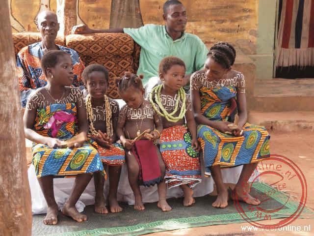 Kinderen hebben zich fraai uitgedost voor de voodoo ceremonie