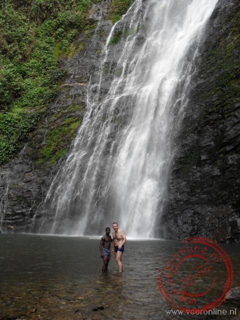 Zwemmen bij de 35 meter hoge Akloa falls bij Badou