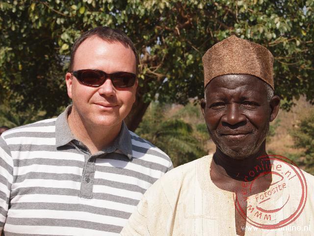 Op de foto met het stamhoofd van het plaatsje Djamdé