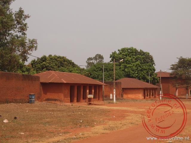 De ingang van de gerestaureerde paleizen van Abomey van de koningen Ghezo en Glélé