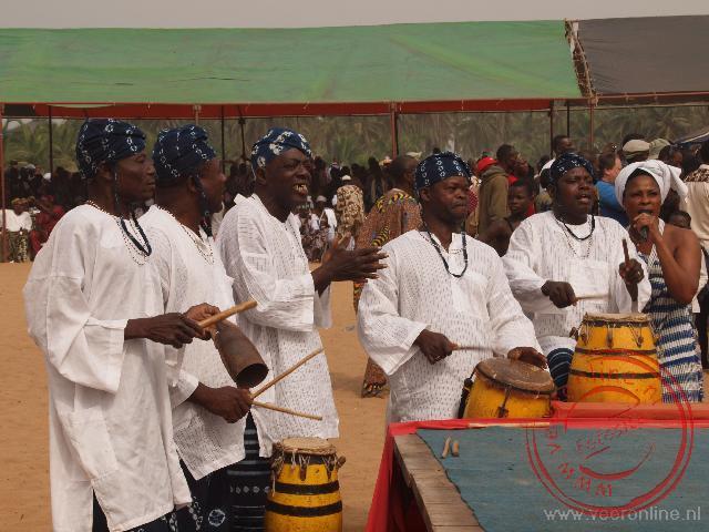 Drummers begeleiden de dans op het podium