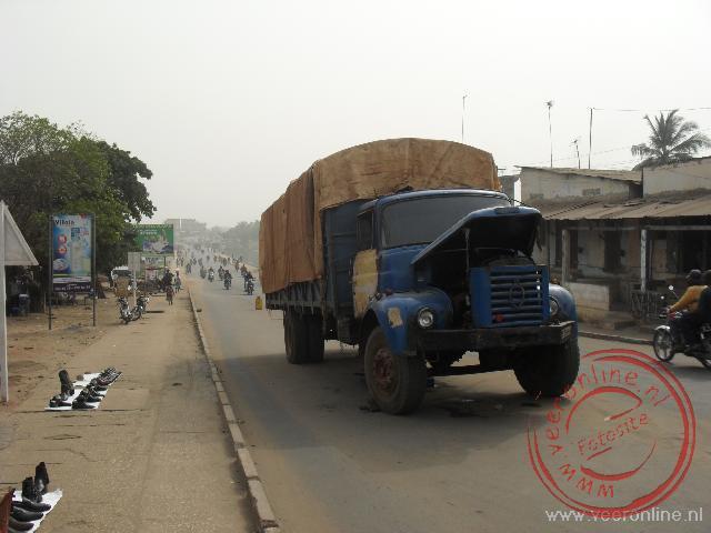Een truck staat midden op straat stil in Lomé