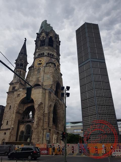 De beschadigde kerk tijdens de oorlog staat symbool voor het oorlogsleed