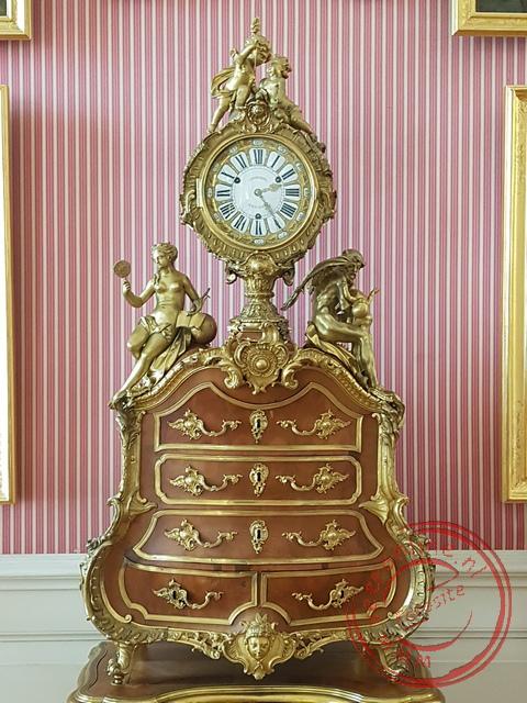 Een fraaie klok in het Sanssouci Paleis in Potsdam
