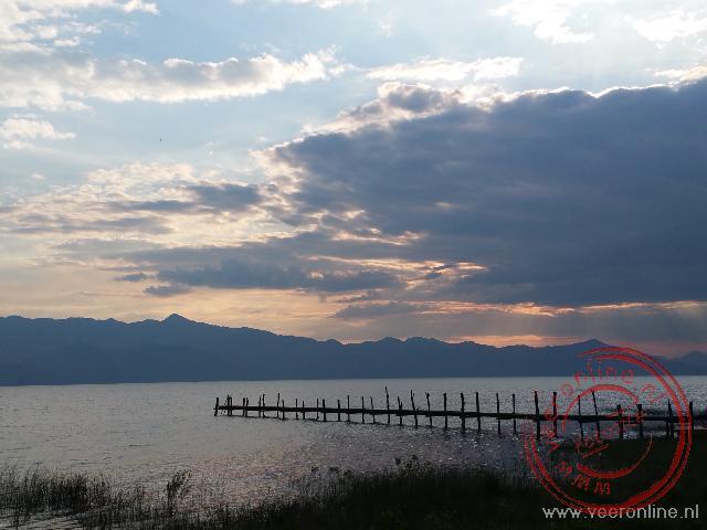Kamperen aan de oever van het Shkodër meer in Albanië