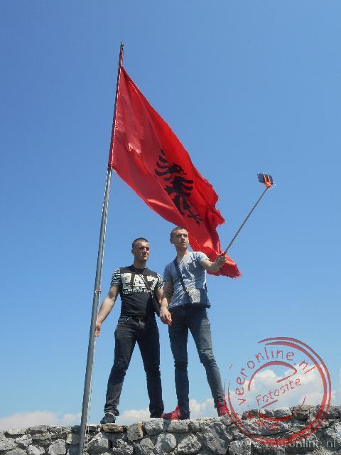 Jongeren poseren voor de nationale vlag
