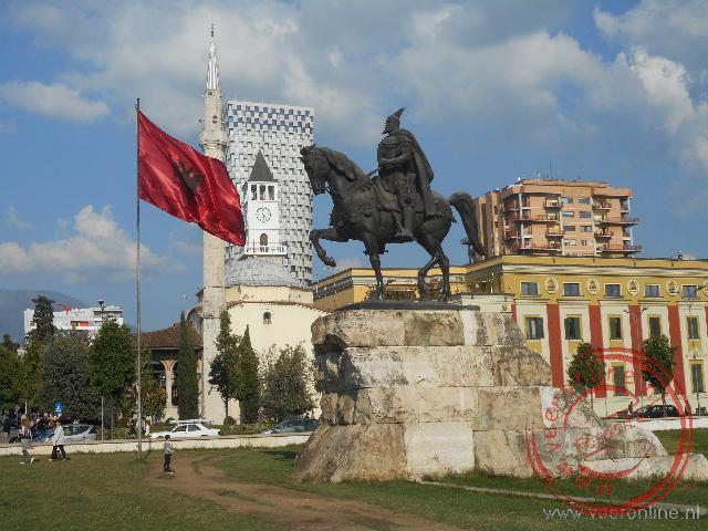 Het standbeeld van Skanderbeg voor de Et hem Bay moskee op het centrale plein van Tirana