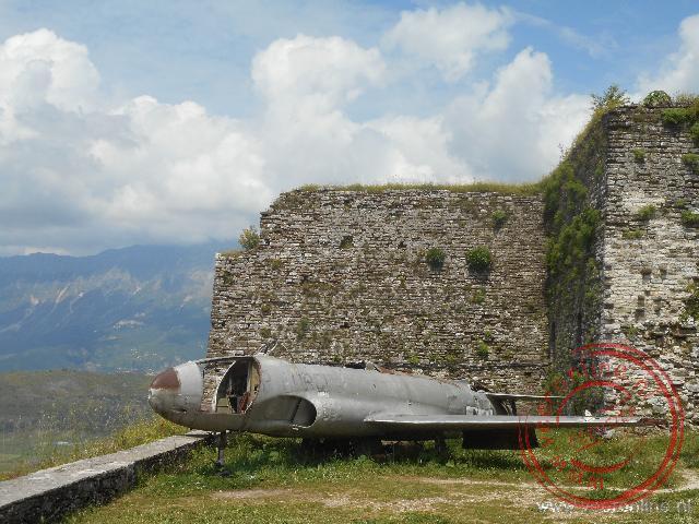 Een oud Amerikaans vliegtuig wordt tentoongesteld in het kasteel van Gjirokaster