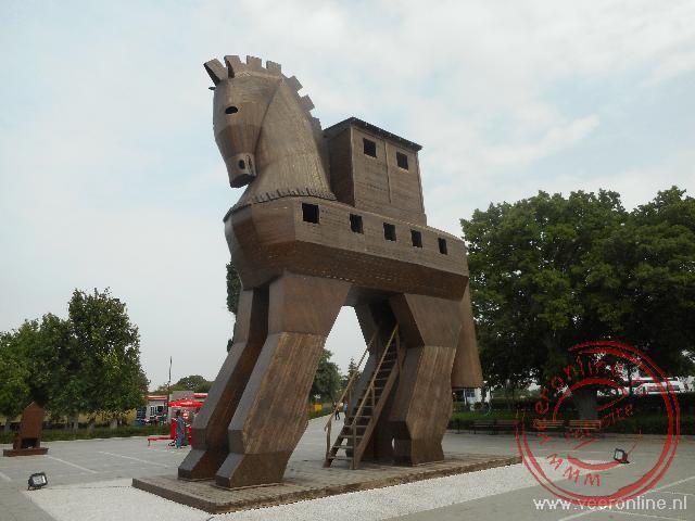 Een replica van het paard nabij de oude stad Troje