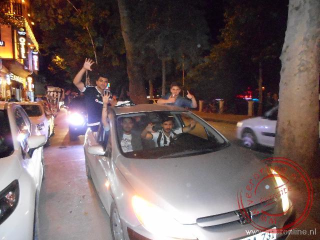 Luid toeterend rijden auto s door de straten na het landskampioen van Bezitas