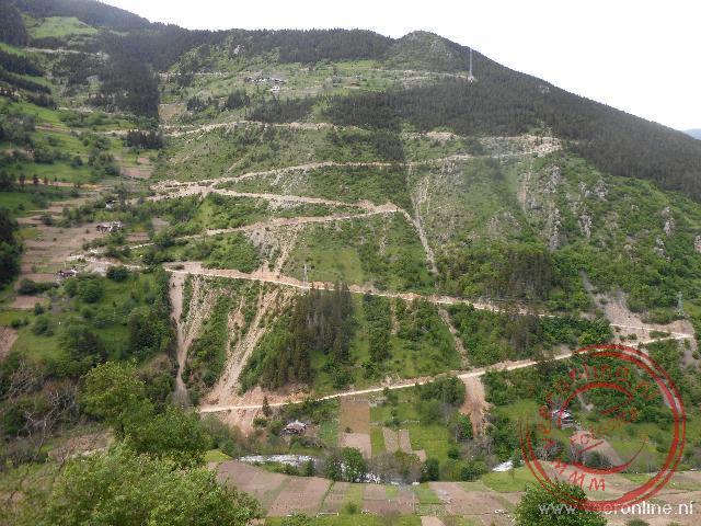 De route van de D915 wordt gezien als een van de gevaarlijkste wegen van Turkije. De weg was gesloten door een landverschuiving