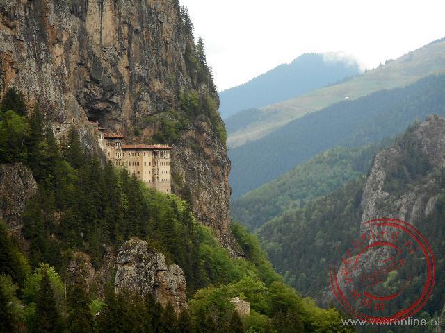 Het Sumela klooster hangt prachtig tegen de bergwand aan